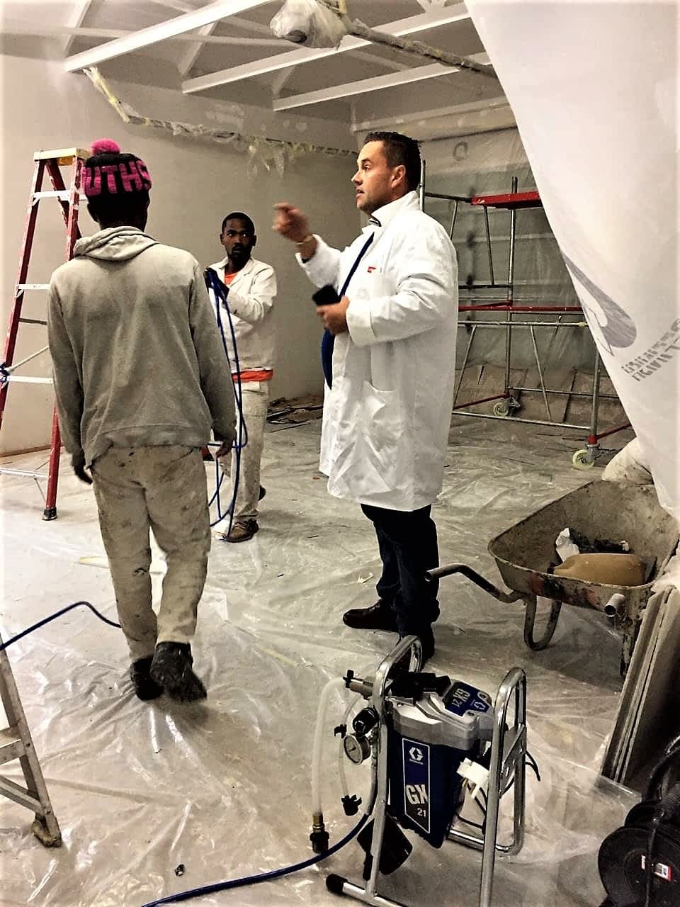 Foreman directs workers Blanca GIS (Pty) Ltd uses Graco Airless Paint Sprayers
